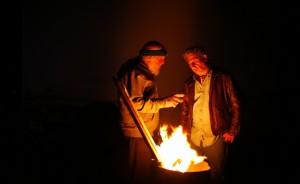 due-uomini-si-riscaldano-col-fuoco-che-fuoriesce-da-un-bidone-a-slab-city-in-californiaorig_main