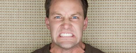 Stringere culo e denti